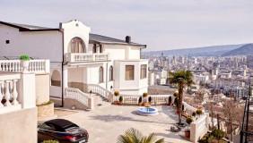 იყიდება 1420 m² ფართობის კომერციული ფართი საბურთალოზე