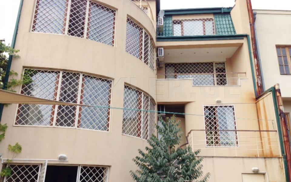 ქირავდება 7 ოთახიანი  საკუთარი სახლი საბურთალოზე  არდაზიანის ქუჩაზე