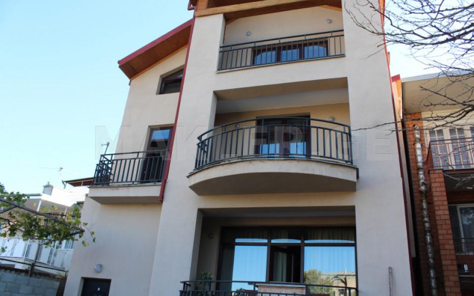 იყიდება ქირავდება 8 ოთახიანი  საკუთარი სახლი ვაკეში  ა.რაზმაძის ქუჩაზე