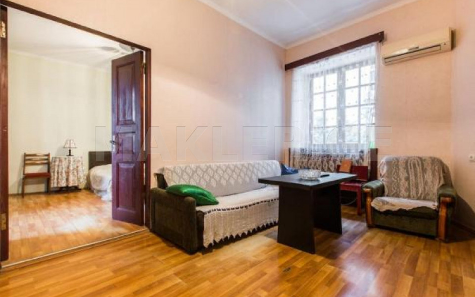 იყიდება 2 ოთახიანი  ბინა მთაწმინდაზე  ლერმონტოვის ქუჩაზე
