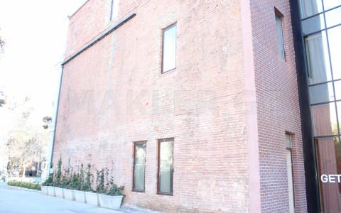 იყიდება 1284 m² ფართობის კომერციული ფართი ჩუღურეთში  აღმაშენებლის გამზირზე