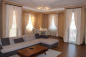 Сдам отремонтированную квартиру в очень престижном здании в старом районе Тбилиси. 2 спальни и 1 кабинет, которые можно использовать в спальни. Есть 2 ванные комнаты, гардеробные комнаты. В квартире есть изолированная кухня с техникой высокого качества. В корпусе есть консьерж и круглосуточная охрана.
