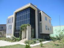 იყიდება ახლად აშენებული 3 სართულიანი კერძო სახლი დიდი დიღომში. კომუნიკაციები: წყალი, კანალიზაია, შუქი, ბუნებრივი გაზი, ცენტრალური გათბობა, ინტერნეტი და საკაბელო ტელევიზია.  ნაკვეთის ფართობია - 1100 კვ.მ. ეზოში გაშენებულია ხე-ხილი და ვაზი. დატოვებულია ადგილი საცურაო აუზისთვის - მიყვანილია კომუნიკაციები, გარაჟის და ეზოს ჭიშკრები დისტაციური მართვით. სახლის სრული ფართობი 842 კვ.მ მათ შორის 165 კვ.მ ღია ვერანდა. ერთ სართული - 5 ოთახი  გარემონტებულია - ცენტრალური გათბობა.  ერთი სართული - მიწისქვეშა გარაჟით 4 მანქანაზე და ნახევარსარდაფი - თეთრი კარკასი. ერთი სართული - შავი კარკასი.