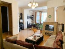Продается квартира на Вере, ул. Барнова, около моста Кекелидзе! Квартира дуплексного типа. На первом этаже - гостиная, кабинет, большая кухня и ванная комната, на втором этаже - 3 спальни, ванная комната и гостиная. Квартира с ремонтом ,с использованием высококачественных материалов. Мебель остаеться (6 кондиционеров, встроенная мебель, спальни, техника, ... в ванной есть джакузи), кроме мягкой мебели. На втором этаже можно сделать индивидуальный вход и разделить квартиру на две части. Оба этажа с высокими потолками, самая высокая точка второго этажа составляет 3,4 м. В квартире 2 балкона,  уютно и светло!