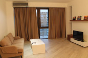 Сдается 3-комнатная квартира,  с 2 спальнями и с  изолированной  кухней. Полностью оборудованно с мебелью и техникой. На Вера, около Vere Palace.