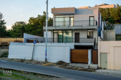 იყიდება 2 სართულიანი საკუთარი სახლი ლისი წრესთან, მთელი ქალაქის ხედით, კეთილმოწყობილი, საყოფაცხოვრებო ტექნიკით აღჭურვილი. ორმაგი დაცვის სისტემით.