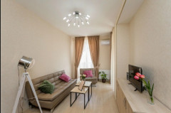 Сдается квартира на улице Човелидзе, рядом с Гостиничными номерами. Оборудована необходимой мебелью и техникой. Квартира 3-х комнатная, имеет 2 спальни, изолированную кухню.