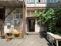 იყიდება ბინა ცენტრალური სოლოლაკში ამაღლების ქუჩაზე! ბინა არის 2 ოთახიანი, ლოჯით, მაღალი, ისტორიული ჭერით. ეზოში არის დამატებითი ფართი, რომელზეც აივნის გაკეთებაა შესაძლებელი! ბინა შესანიშნავია, თუ ეძებთ ბინას ისტორიულ სახლში, ძველ თბილისში!  Apartment for sale in Central Sololaki on Amagleba  Street! The apartment is 2-roomed, with loggia, with high ,historical ceilings.In the yard there is extra space on which a balcony can be made! Apartment is perfect if you are looking for apartment in historical old house in old Tbilisi!  Продается квартира в центре Сололаки на улице Амаглеба! Квартира 2-х комнатная, с лоджией, с высокими историческими потолками. Во дворе есть дополнительное пространство, на котором можно сделать балкон! Квартира идеально подходит, если вы ищете квартиру в историческом старом доме в старом Тбилиси!