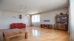 Срочно !!! Продается в Сабуртало, Вашливари, в проекте экспериментального здания в Старом Тбилиси Кавлашиле, старинная отремонтированная 4-комнатная угловая квартира, 3 спальни, изолированная кухня. 3 балкона. 2 ванные комнаты и подвал. Установлен будильник. Отопительный котел