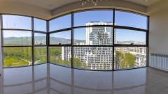Срочно !!! Для недавно построенного комплекса 'Axis Hippodrome' в Сабуртало для нестандартной однокомнатной квартиры с 2 спальнями, 2 ванными комнатами и 1 главной спальней. Балкон. Мебель и оборудование, встроенные в квартиру, остаются. Это жилой блок, состоящий из трех блоков, с современной и уникальной архитектурой, которая выделяет все остальные здания.