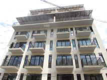 Продается квартира на улице Табидзе, в 5 минутах езды от парка Ваке, в белом каркасе. Железная дверь, натяжные полы, электропроводка и оцинкованные стены.