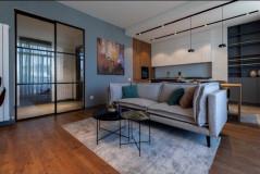 Сдается в Ваке, 3-х комнатная новая отремонтированная квартира в комплексе Бендукидзе, гостиная студийного типа и 2 отдельные спальни; Квартира имеет 2 балкона, меблирована