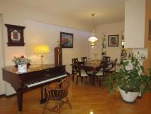 Продажа в Ваке, на улице Жвания, с ремонтом, проникая, 4-х комнатная квартира, совмещена с кухней, 3 спальни, большая гостиная, 2 ванные комнаты, 3 балкона, кладовая, деревянный пол. Прекрасный вид на Мтацминда и город.
