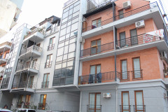 Flat for rent in Vera, in a very prestigious building, with beautiful views of Mtatsminda. The apartment has two bedrooms and an isolated kitchen. Entrance is secured. The building has a small common yard.