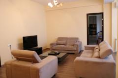 Сдается квартира в Вере, в очень престижном здании, с прекрасным видом на Мтацминду. В квартире две спальни и изолированная кухня. Вход охраняется. Здание имеет небольшой общий двор.