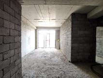 Продается 3-х комнатная квартира, студийного типо, 83 кв.м с 2 спальнями, в состоянии черного каркаса. Возможно изменить расположение комнат. На Сабуртало, улица Панаскертели.