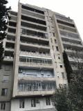 Продается квартира на ул. Иосебидзе Квартира белого каркаса с осыпающимися стенами, натянутыми полами, балконами и металлическими дверями. Здание полностью отремонтировано, все коммуникации находятся в эксплуатации и функционируют. В квартире есть прекрасный вид на город.