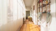 Продается! 2 комнатная квартира на  Вера, в углу Шанидзе и Барнови. Квартира светлая, с высокими потолками: одна спальня, гостиная, большая кухня, ванная комната, а также мансарда с высокими потолками 79 кв.м. и 7 кв.м. подвал. Идеально подходит для жилого и туристического бизнеса!