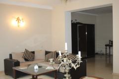 Продается 3-комнатная, солнечная, светлая квартира в Ваке, на улице Габашвили. В квартире 2 спальни, изолированная кухня, 2 балкона. В квартире, где уложена плитка, теплые полы.