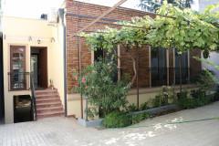 В квартире есть передний и задний двор (в основном сад с фруктами и цветами). В доме есть такие удобства, как: освещение во дворе, камин, центральное и напольное отопление, кондиционер, Интернет, большая кладовая, 3 спальни, 2 из них имеют собственные ванные комнаты, 1 большая общая ванная комната, 3 балкона с прекрасным видом на Мтацминду. . Место очень тихое, недалеко от центра