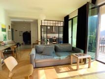 Новостройка на Амаглеба. С ремонтом. Общая пл.120 кв.м. Внутренняя площадь 90 кв.м. Остальное  большая веранда (15 кв.м) и 2 балкона. (15 кв.м.) с видом на лес. В квартире две комнаты, одна из которых  спальня, но и вторая спальня может быть сделана по первоначальному проекту! Квартира просторная и угловая, солнечная, светлая, с видом на старый Тбилиси и Мтацминду!