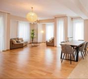 ქირავდება  ახალაშენებულ  სახლში ' Rustaveli rezidence' ახალი გარემონტებული, უცხოვრებელი ბინა 3 იზოლირებული საძინებლით, 2 აბაზანით. ერთ საძინებელს აქვს საკუთარი სველი წერტილი. ბინა უზრუნველყოფილია თანამედროვე ავეჯით და  თანამედროვე ტექნიკით.