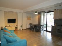 Продается 3-комнатная, однокомнатная, отремонтированная квартира с застекленной верандой в Ваке, на улице Цхведадзе. Квартира угловая, с ремонтом. Есть возможность переделать веранду в спальню.