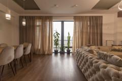 На ул. Тамарашвили, в новостройке, сдается недавно отремонтированная квартира. В квартире 3 спальни, Современная мебель и бытовая техника. Квартира уютная и со вкусом обставлена. С балкона квартиры открывается прекрасный вид.